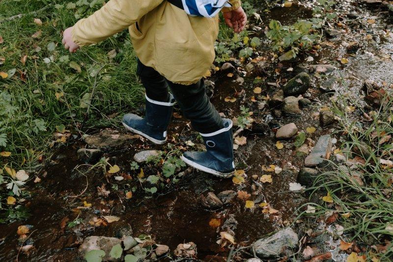 Kind mit Gummistiefel