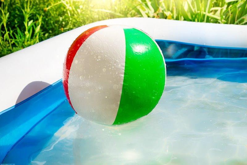 Ein Wasserball schwimmt auf der Wasseroberfläche eines Aufstellpools