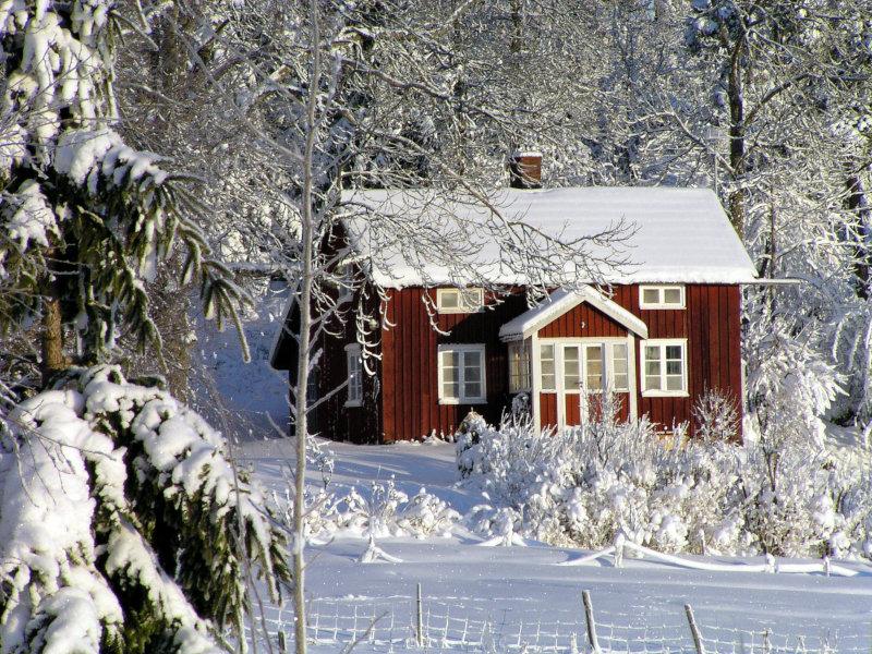 Skandinavisches Haus im Schnee