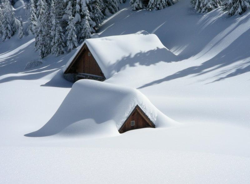 Holzhütte unterm Schnee begraben