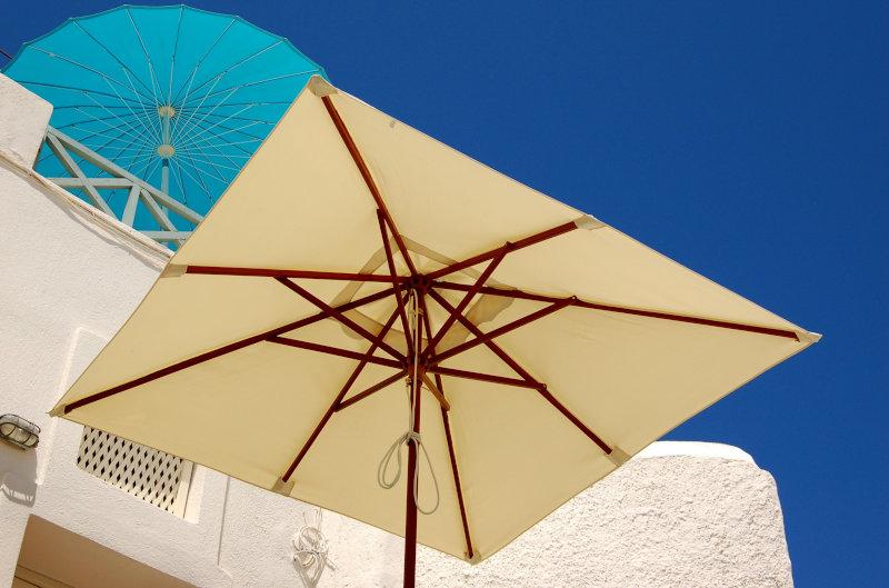Sonnenschirme bei blauem Himmel