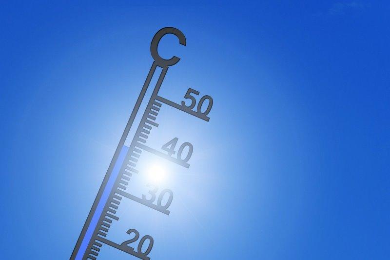 Ein Thermometer mit freistehenden Gradzahlen in der Sonne