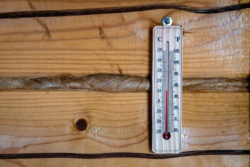 Thermometer auf Holzwand