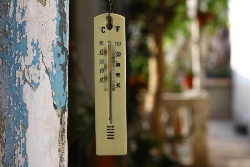 Ein Thermometer hängt draußen im Garten