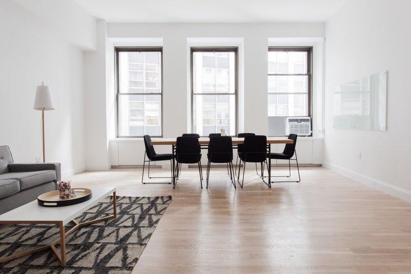 Wohnzimmer mit verschiedenen Möbeln