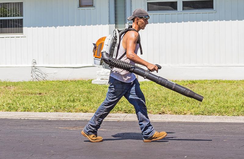 Ein Mann mit einem Benzin-Laubbläser.