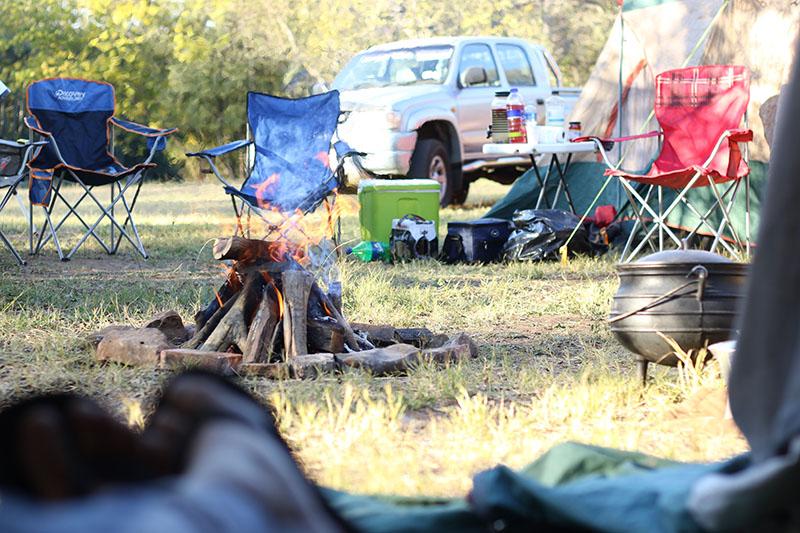 Camping Lagerfeuer mit Kühlbox