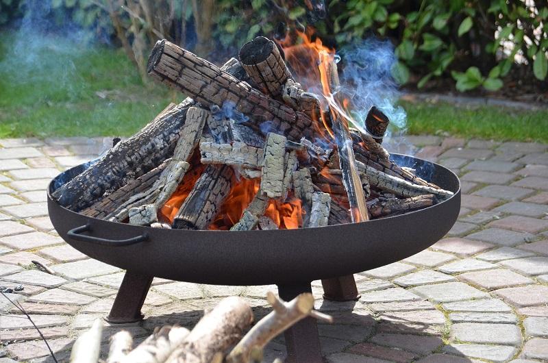 Brennende Feuerschale mit angebranntem Holz