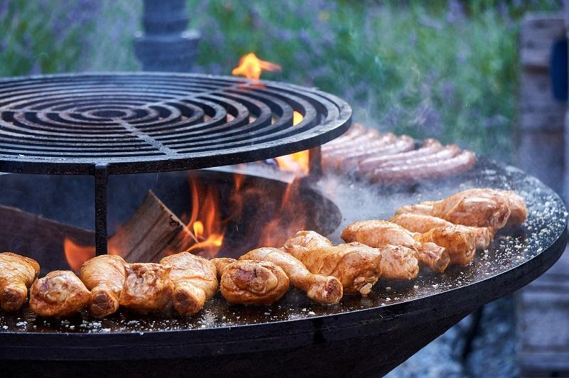 Feuerschale mit Grillrost und Grillring auf dem Fleisch gegrillt wird
