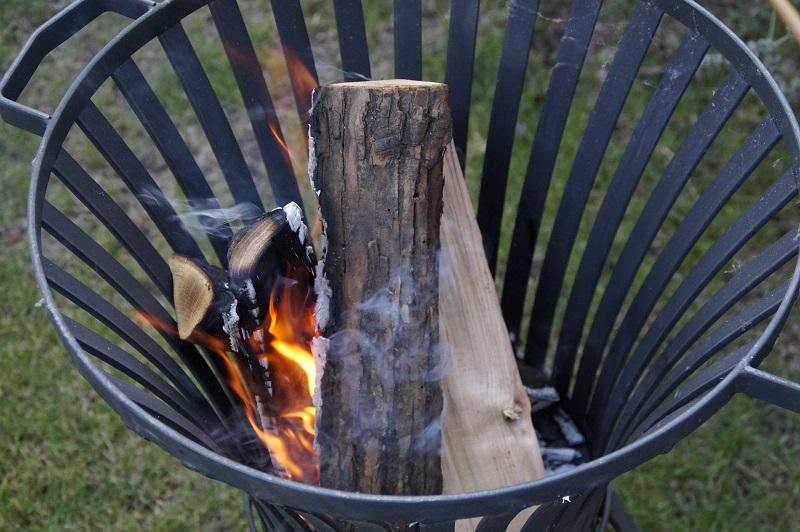 Feuerkorb mit verbranntem Holz