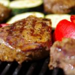 Fleisch und Gemüse werden auf dem Tischgrill zubereitet