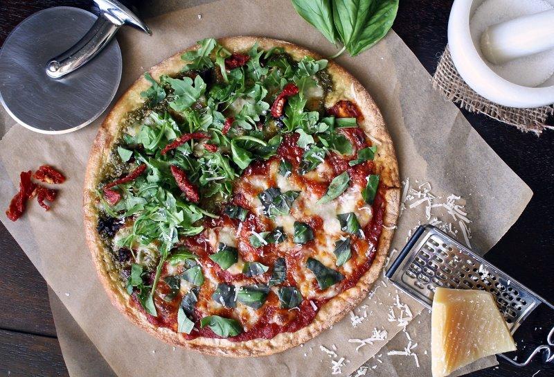 Eine fertige Pizza von einem Pizzastein