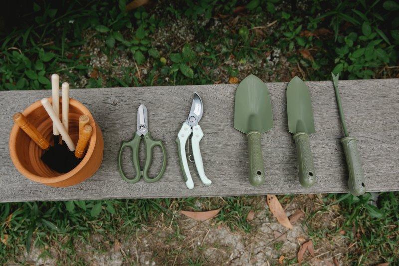 Gartenwerkzeug auf einer Bank