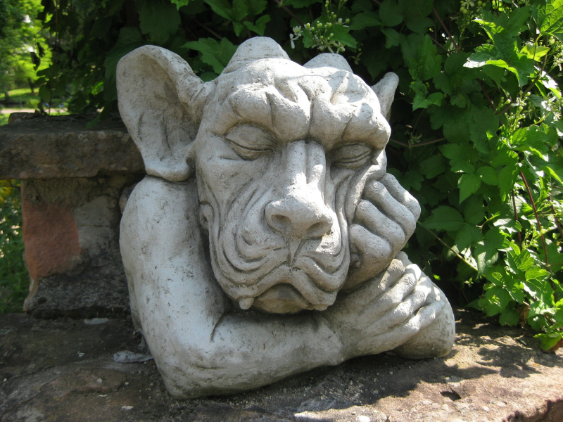 Schlafende Tierfigur in Steinoptik