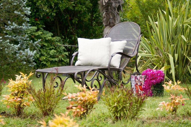 Gartenliege aus Metall, die im Garten steht.