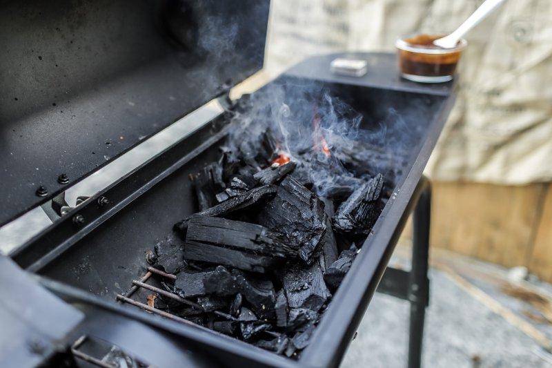 Grill mit Holzkohle, die raucht