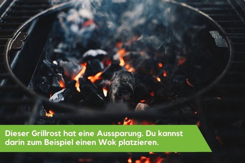 Glühende Kohle unter einem Grillrost