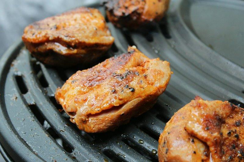 Hähnchenfleisch kann auf einem elektrischen Tischgrill zubereitet werden