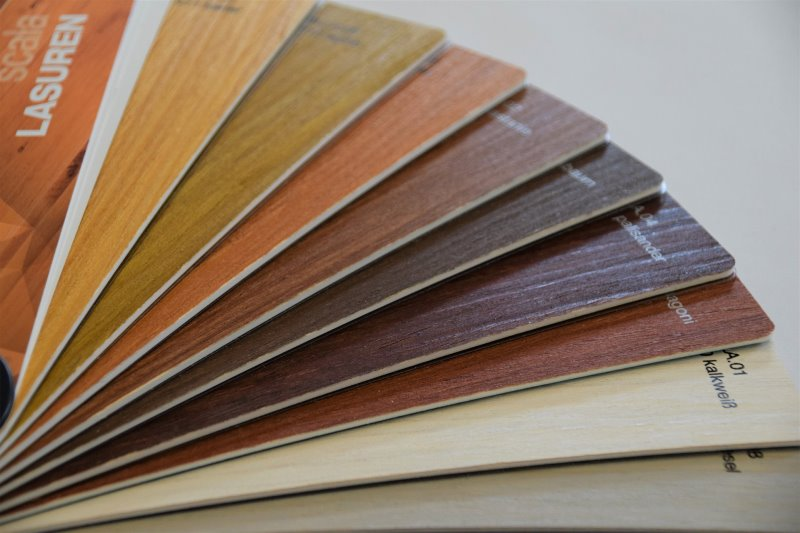 Verschiedene Farben für Holzlasuren