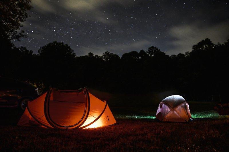 Zwei erleuchtete Camping-Zelte nachts