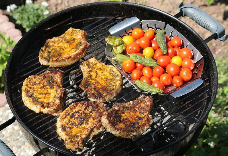 Gemüse und Fleisch auf einem Kugelgrill