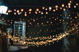 Lichterkette hängt im Garten
