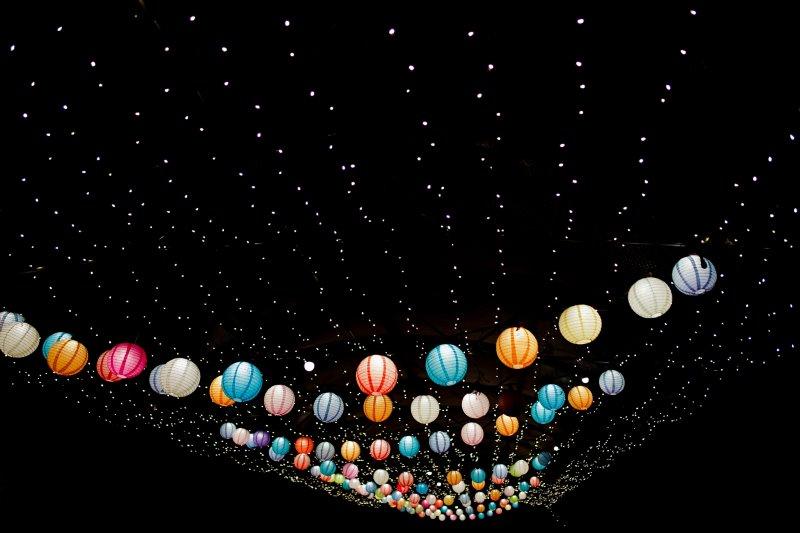 Lichtnetz und Lampions erhellen die Nacht.