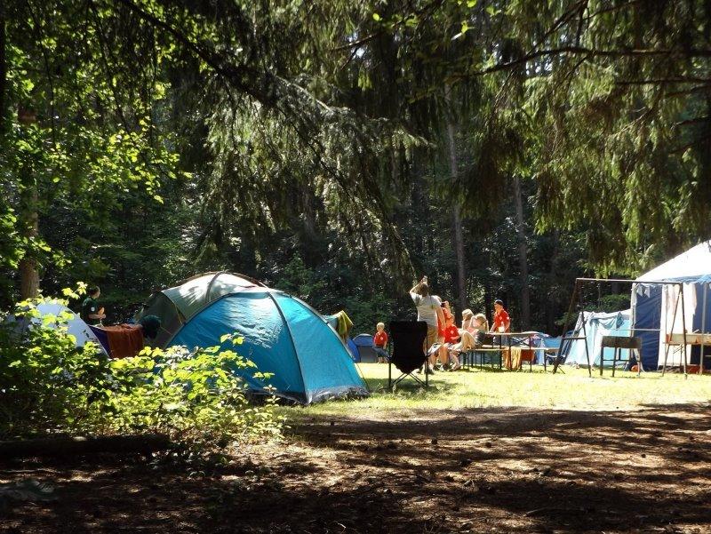Auf einem Campingplatz kann man mit einem mobilen Tischgrill einfach grillen