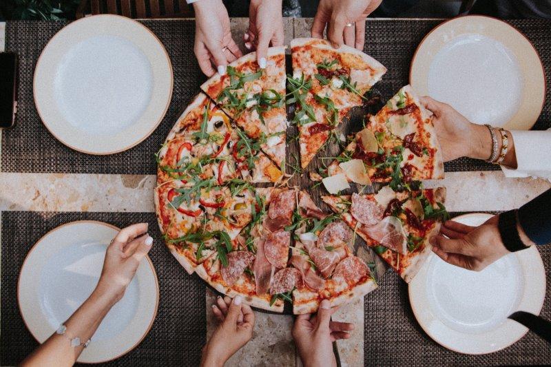 Pizza vom Pizzastein zusammen mit Freunden genießen