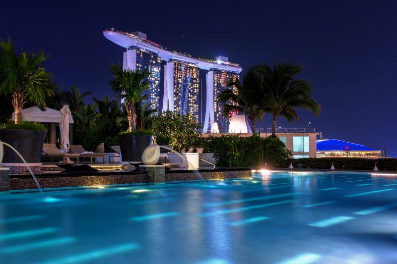 beleuchteter Pool in der Nacht