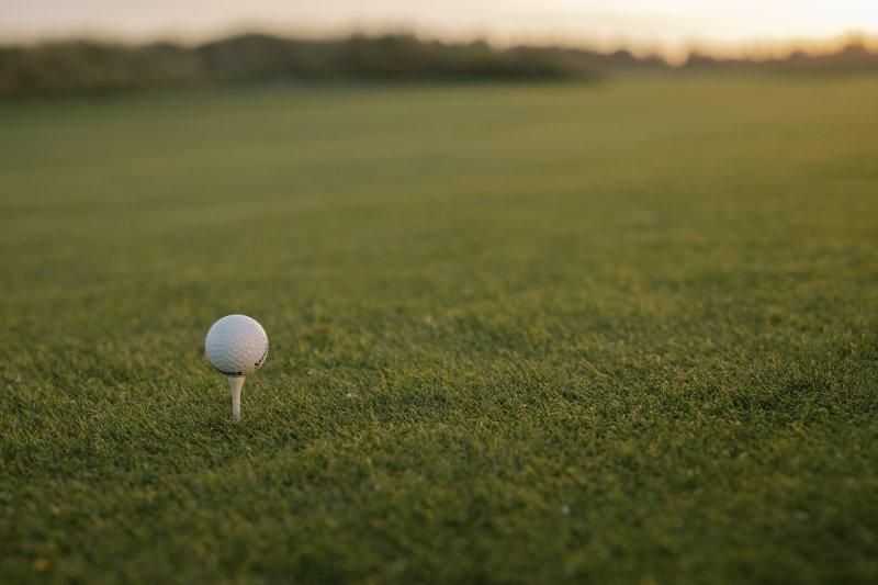 Ein Golfball auf einem kurz gemähten Rasen