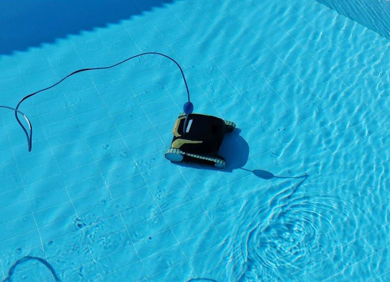 Poolroboter mit Kabel im Pool