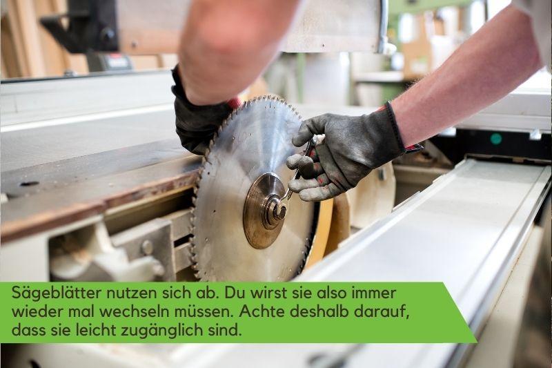 Sägeblatt einer Tischkreissäge wird gewechselt
