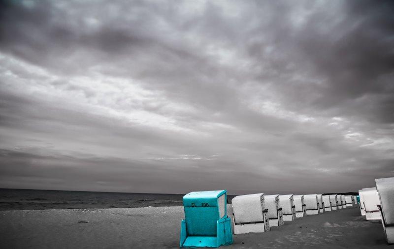 Strandkörbe bei bedecktem Himmel
