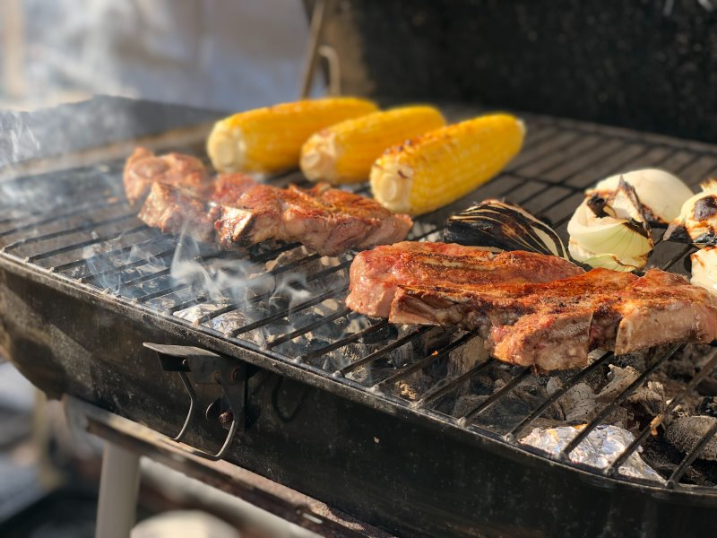Fleisch und Gemüse wird auf Holzkohle gegrillt