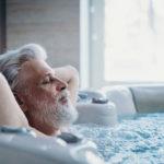 Ein Mann liegt im Whirlpool und genießt das Spät-Erlebnis.