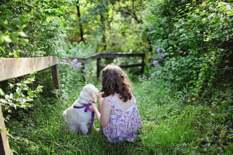 Kind und Hund mit Zaun