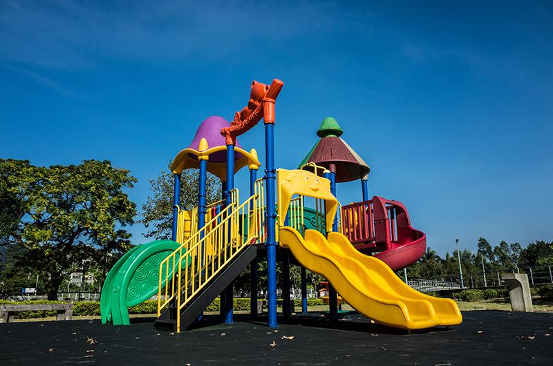 Klettergerüst mit Wellenrutsche auf einem Spielplatz