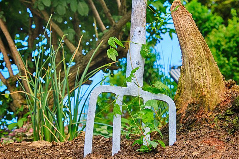 Mistgabel als Gartendeko