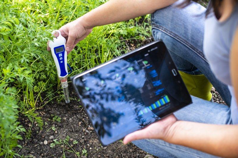 Ein Bodentester, der mit einem Tablet verbunden ist