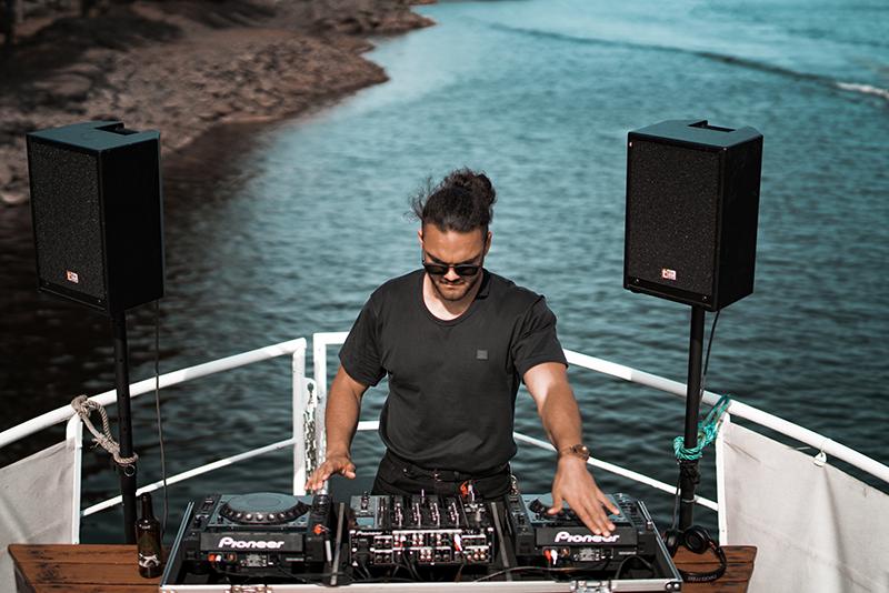 DJ spielt Musik auf Bootparty
