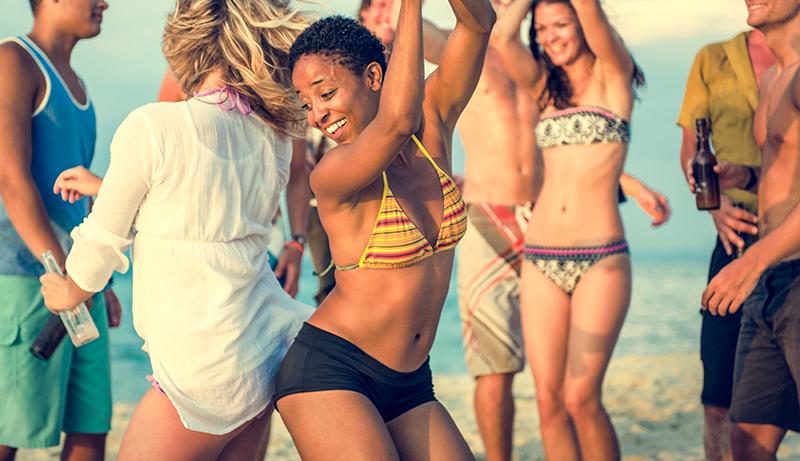 Personen die am Strand tanzen