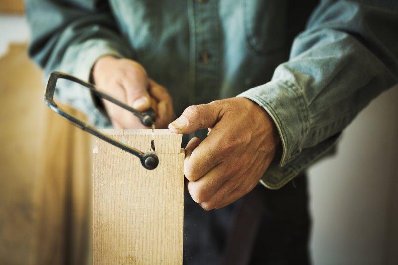 Holz sägen mit der Holzbügelsäge