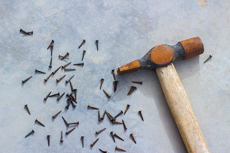 rostiger Hammer und rostige Nägel