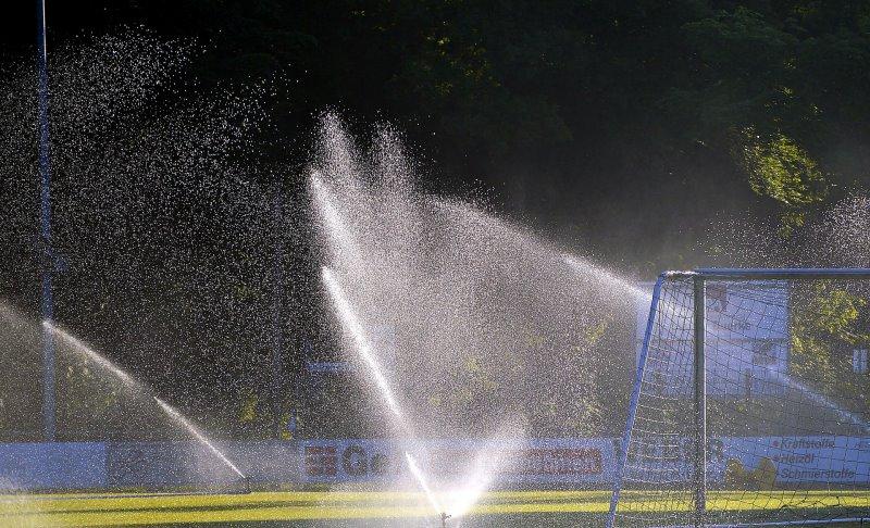 Das Bewässern eines Sportplatzes