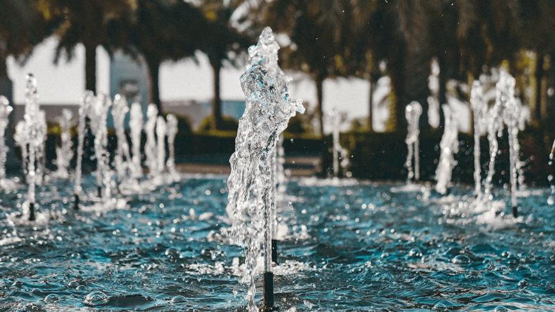 Wasserfontänen in einem Teich